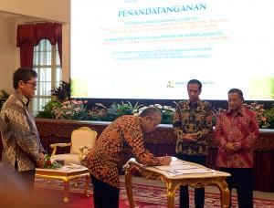 Presiden Jokowi didampingi Menko Perekonomian menyaksikan penandatanganan proyek strategis nasional, di Istana Negara, Jakarta, Kamis (9/6) siang. (Foto: Dani K/Humas)