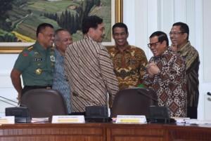 Menko Polhukam Luhut B. Pandjaitan bersama Seskab Pramono Anung dan sejumlah menteri bersenda gurau sebelum rapat terbatas, di kantor kepresidenan, Jakarta, Senin (6/6) siang. (Foto: JAY/ES)