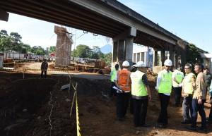 Presiden Jokowi meninjau pembangunan jalan tol Bogor - Sukabumi, Selasa (21/6) pagi. (Foto: JAY/Humas)