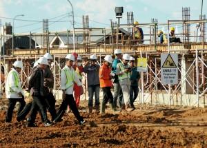 Presiden Jokowi saat meninjau pembangunan pembangkit listrik di Bangka Belitung (1/6). (Foto: Humas/Agung).