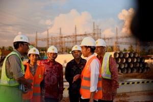 Presiden Jokowi saat  meninjau lokasi pembangunan MPP 100MW, di Jungkat, Kab Mempawah, Kalbar (2/6). (Foto: Humas/Dindha)