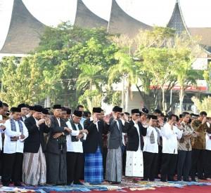 Presiden Jokowi menunaikan salat Ied di Padang, Sumatera Barat (6/7). (Foto: BPMI/Rusman).