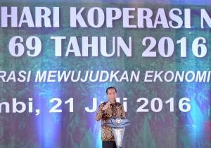 Presiden Jokowi saat menyampaikan sambutannya pada Puncak Peringatan Hari Koperasi Nasional ke-69 Tahun 2016, di halaman Kantor Gubernur Jambi, Kamis (21/7) siang. (Foto:BPMI/Laily)