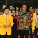 Presiden Jokowi disambut Ketua Umum Partai Golkar Setya Novanto saat menghadiri Rapimnas Partai Golkar, di Istora, Senayang, Jakarta, Kamis (28/7) malam. (Foto: Kris/Setpres)