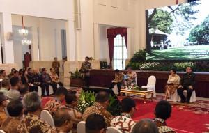 Presiden Jokowi memberikan arahan kepada 700 petugas pajak terkait pelaksanaan tax amnesty, di Istana Negara, Jakarta, Kamis (28/7) siang. (Foto: Oji/Humas)