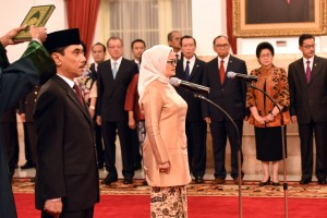 Presiden Joko Widodo (Jokowi) melantik Komjen Pol. Suhardi Alius menjadi Kepala Badan Nasional Penanggulangan Terorisme (BNPT) dan Penny Kusumastuti Lukito menjadi Kepala Badan Pengawas Obat  dan Makanan (BPOM), di Istana Negara, Jakarta, Rabu (20/7) pagi.