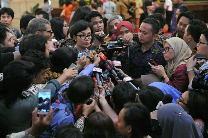 Hasil gambar untuk sri mulyani bersama wartawan