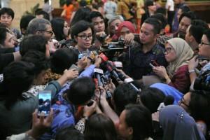 Menkeu Sri Mulyani menjawab pertanyaan wartawan usai pelantikan menteri di Istana Negara, Jakarta (27/7). (Foto: Humas/Jay)