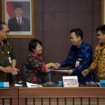 Staf Ahli Seskab Bidang Reformasi Birokrasi (RB) dan Perwakilan Kementerian PAN dan RB bertukar laporan di Lantai 4 Gedung III Kemensetneg, Jakarta (21/7). (Foto: Humas/Oji)