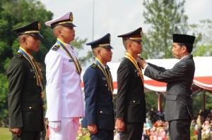 Presiden Jokowi saat menyematkan tanda kepangkatan kepada Praja TNI dan Polri di Magelang, Jawa Tengah (26/7). (Foto: Humas/Fitri)