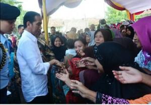 Presiden Jokowi bertemu dan membagikan sembako bagi warga kota Serang, Banten, Kamis (30/6) siang