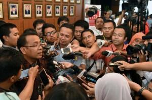 Mensesneg Pratikno menjawab wartawan, di lobi Gedung Utama Kemensetneg, Jakarta, Senin (25/7) siang. (Foto: JAY/Humas)