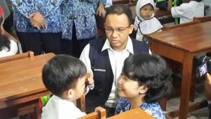 Mendikbud Anies Baswedan menyapa siswa baru SD, saat meninjau hari pertama sekolah di SDN Polisi 1, Bogor, Jabar, Senin (18/7) pagi.