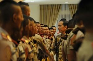 Presiden Jokowi berbincang sejenak dalam acara pembekalan Capaja TNI dan Polri di Yogyakarta (25/7). (Foto: Humas/Fitri).