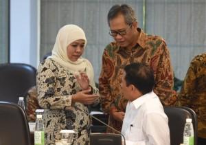 Mensos, Mentan, ka-Bulog berbincang-bincang sebelum ratas mengenai Perubahan Raskin Menjadi Bantuan Pangan di Kantor Presiden, Jakarta, Selasa (19/7) sore (Foto: Humas/Rahmat).