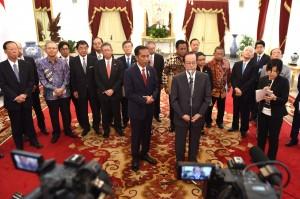 Presiden Jokowi didampingi mantan PM Jepang Yasuo Fukuda selaku pimpinan Japinda menyampaikan keterangan pers, seusai bertemu di Istana Merdeka, Jakarta, Rabu (27/7) pagi. (Foto: Rahmad/Humas)