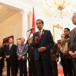 Presiden Jokowi didampingi mantan PM Jepang Yasuo Fukuda selaku pimpinan Japinda menyampaikan keterangan pers, di Istana Merdeka, Jakarta, Rabu (27/7) pagi. (Foto: Rahmad/Humas)