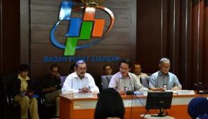 Kepala BPS Suryamin (tengah) saat konferensi persi di kantornya, Senin (18/7)