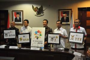 KSP Teten Masduki didampingi Kepala Bekraf dan Menpora menunjukkan logo baru Asian Games 2018, di Jakarta, Kamis (28/7)