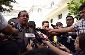 Mensesneg Pratikno menjawab wartawan usai Halal bi Halal, di Istana Negara, Jakarta, Senin (11/7) siang. (Foto: JAY/Humas)