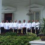 Para menteri baru kabinet kerja yang telah diumumkan oleh Presiden Jokowi, berfoto bersama di halaman Istana Merdeka, Jakarta, Rabu (27/7) siang. (Foto: Rahmad/Humas)