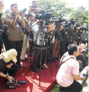 Para wartawan menanti pengumumkan reshufle kabinet, di halaman Istana Merdeka, Jakarta, Rabu (27/7) siang