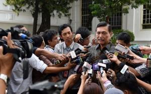 Menko Polhukam Luhut B. Pandjaitan menjawab wartawan, disamping Istana Negara, Jakarta, Senin (11/7) siang. (Foto: OJI/Humas)