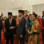 Presiden Jokowi didampingi Ibu Negara Iriana memberikan ucapan selamat kepada Wiranto yang baru dilantiknya sebagai Menko Polhukam, di Istana Negara, Jakarta, Rabu (27/7). Tampak menyaksikan Wapres Jusuf Kalla dan Ibu Mufidah. (Foto: JAY/Humas)