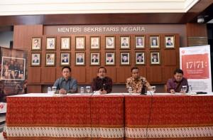 Mensesneg Pratikno didampingi Mendkub dan Kepala BEKRAF menyampaikan keterangan pers mengenai Pameran Lukisan Koleksi Istana Kepresidenan, di Gedung Utama Kemensetneg, Jakarta, Senin (25/7) siang. (Foto: JAY/Humas)
