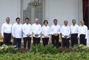 Presiden Joko Widodo (Jokowi) didampingi Wakil Presiden Jusuf Kalla, Menteri Sekretaris Negara (Mensesneg) Pratikno, dan Sekretaris Kabinet (Seskab) Pramono Anung secara resmi mengumumkan perombakan atau reshuffle kabinet, di halaman Istana Merdeka, Jakarta, Rabu (27/7) siang.