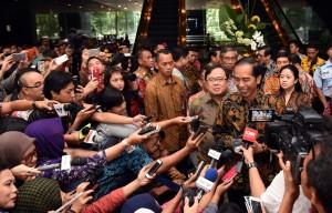 Presiden Jokowi menjawab wartawan usai meluncurkan program pengampunan pajak, di kantor pusat Ditjen Pajak, Jakarta, Jumat (1/7) pagi. (Foto: JAY/Humas)
