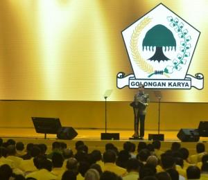 Presiden Jokowi memberikan sambutan pada penutupan Rapimnas Partai Golkar, di Istora Senayan, Jakarta, Kamis (28/7) malam. (Foto: Kris/Setpres)