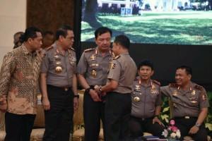 Para pimpinan Polri berbincang sebelum mendengar pengarahan Presiden Jokowi, di Istana Negara, Jakarta, Selasa (19/7) siang. (Foto: JAY/Humas)