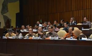 Seskab Pramono Anung memberikan penjelasan pada Rapat Dengar Pendapat dengan Komisi II DPR, di kompleks Parlemen, Senayan, Jakarta, Kamis (14/7) sore. (Foto: Deny S/Humas)
