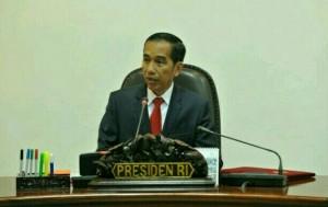 Presiden Jokowi saat memimpin rapat terbatas, di kantor kepresidenan, Jakarta, Rabu (13/7) sore. (Foto: JAY/Humas)