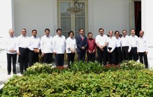 Presiden Jokowi dan Wakil Presiden Jusuf Kalla berfoto bersama para menteri yang bergeser jabatan dan para menteri baru kabinet kerja, di halaman Istana Merdeka, Jakarta, Rabu (27/7) siang. (Foto: Rahmad/Humas)
