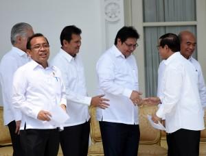 Seskab Pramono Anung memberikan ucapan selama kepada Airlangga Hartarto yang telah diumumkan oleh Presiden Jokowi sebagai Menteri Perindustrian, di Istana Merdeka, Jakarta, Rabu (27/7). (Foto: Rahmad/Humas)