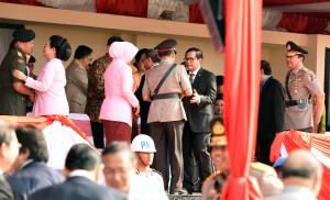 Seskab Pramono Anung memberikan ucapan selamat kepada Kapolri Jenderal Pol. Tito Karnavian, usai sertijab, Kamis (14/7) pagi, di PTIK, Kebayoran Baru, Jakarta.