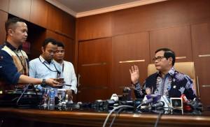 Seskab Pramono Anung memberikan penjelasan kepada wartawan, di ruang kerjanya, Jakarta, Jumat (29/7) siang. (Foto: JAY/Humas)