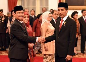 Suhardi Alius menerima ucapan selamat dari Presiden Jokowi, setelah dirinya dilantik sebagai Kepala BNPT, di Istana Negara, Jakarta, Rabu (20/7) pagi. (Foto: Rahmad/Humas)