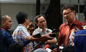 Mendagri Tjahjo Kumolo menjawab wartawan, di Istana Negara, Jakarta, Senin (11/7) siang. (Foto: JAY/Humas)