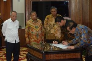 Menko Perekonomian Darmin Nasution didampingi Menteri PUPR dan Wakil Menkeu menyaksikan penandatanganan Proyek Kerjasama Umbulan, Jarim, di Jakarta, Kamis (21/7)