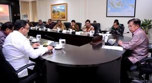 Wapres Jusuf Kalla memimpin rapat membahas pembangunan kampus Universitas Islam Internasional Indonesia, di kantor Wapres, Jakarta, Kamis (21/7)