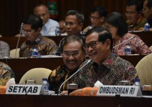 Seskab Pramono Anung dan Waseskab Bistok Simbolon mengikuti Rapat Kerja dengan Komisi II DPR RI, Kamis (13/7) sore, di Gedung DPR RI, Senayan, Jakarta. (Foto: Humas/Deni)