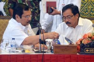 Gubernur Kepri Nurdin Basirun (kanan)