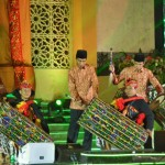 Presiden Jokowi didampingi Menag dan Gubernur NTB menabuh gendang beleg sebagai tanda Peresmian Pembukaan MTQ Tingkat Nasional XXVI, Sabtu (30/7), di Mataram. (Foto: Humas/Agung)