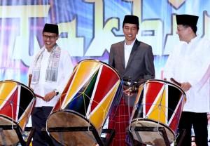 Presiden Jokowi didampingi Gubernur Sumbar Irwan Prayitno dan Ketua DPD Irman Gusman menghadiri Pawai dan Takbir Akbar, Selasa (5/7), di Padang. (Foto: BPMI/Rusman)