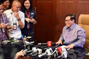 Seskab Pramono Anung bersama wartawan di ruang kerjanya, Jumat (15/7) siang. (Foto: Humas/Rahmat)