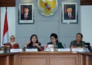 Menko PMK Puan Maharani didampingi Menkes dan Kepala BPOM saat memimpin rapat koordinasi mengenai vaksin palsu, di kantor Kemenko PMK, Jakarta, Selasa (26/7) pagi