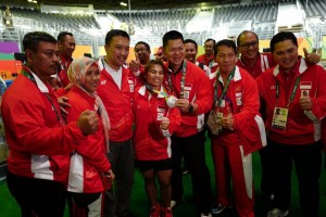 Photo Caption: Sri Wahyuni poses with Minister of Youth and Sports Imam Nahrawi after winning a silver medal in the women's 48 kg weightlifting category on Sunday (6/8) local time, in Rio de Jainero, Brazil